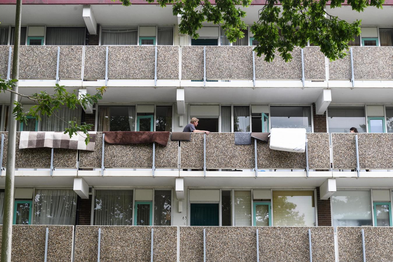 De dekens, kleden en het matras als trieste getuigen aan de balustrade van de flat van Hoda aan Ahuislanden, waar waterschade ontstond door een hennepplantage.