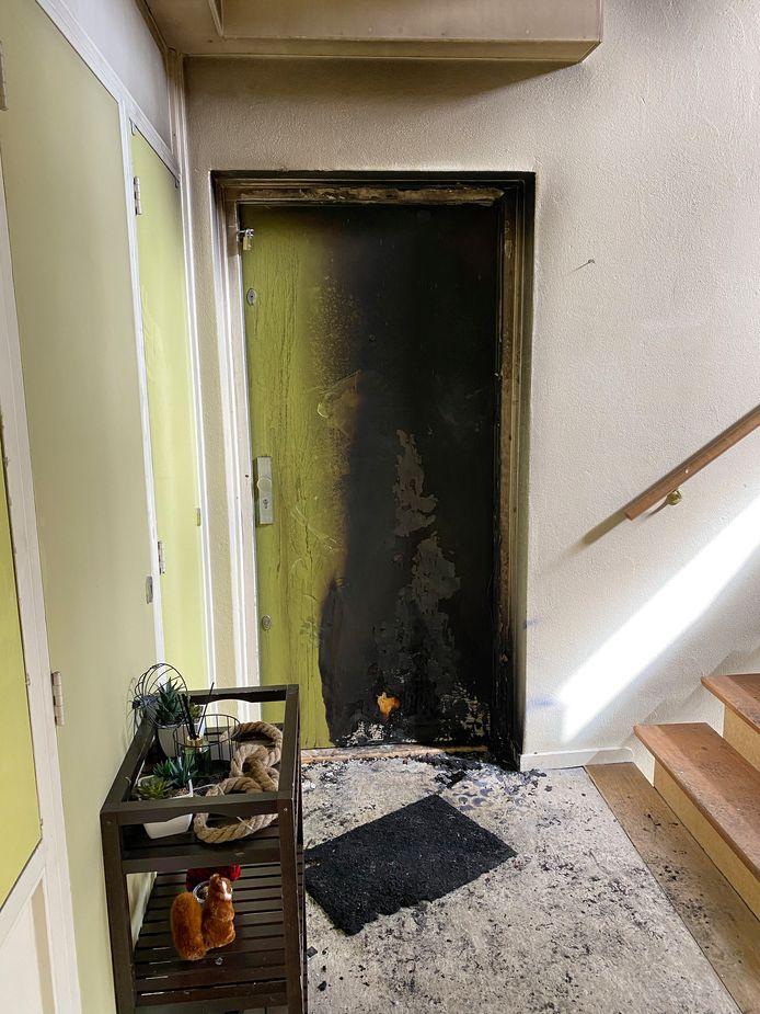 De voordeur waarbij een explosief voorwerp is ontploft.