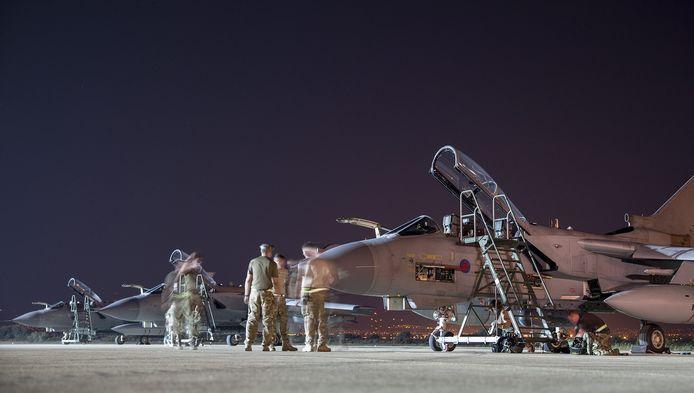 Brits militair vliegtuig met hulpgoederen.