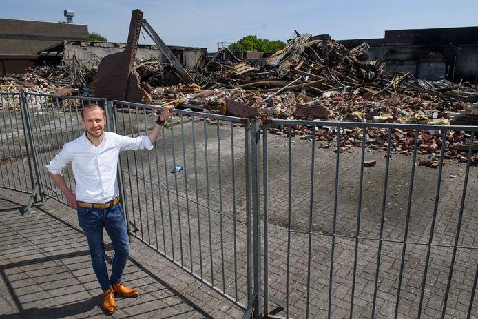 De brand heeft er flink ingehakt bij Kees Smit Tuinmeubelen. Het ene moment zijn er tranen bij Henk Smit, het andere moment is er de drang om de schouders eronder te zetten.