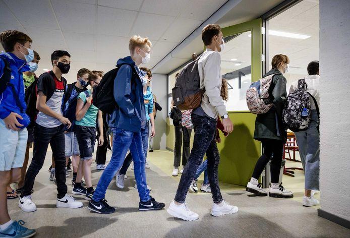 Leerlingen van het Haarlemse Mendel College dragen een mondkapje op school.
