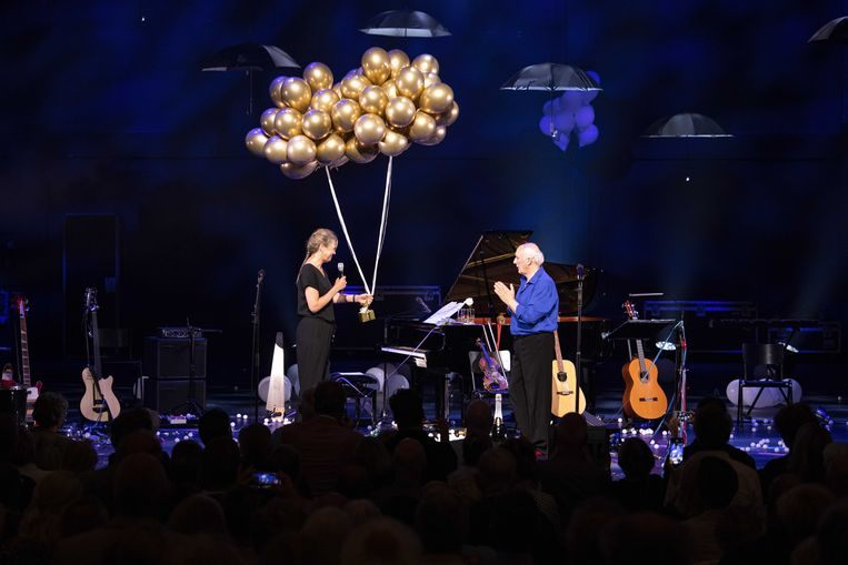 Herman van Veen speelde donderdagavond zijn 561ste solovoorstelling in Koninklijk Theater Carré. Beeld ANP