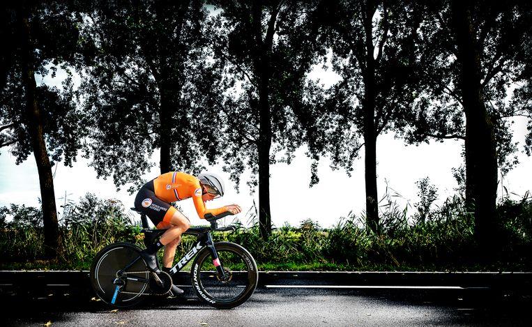 Ellen van Dijk langs de Damse Vaart op weg naar de wereldtitel tijdrijden.  Beeld Klaas Jan van der Weij / de Volkskrant