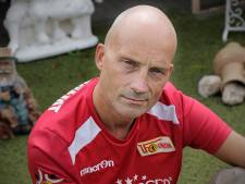 Bas Timmers maakte Duits-Nederlands voetbalwoordenboek: 'Ein Blutgrätsche klinkt toch mooier dan doodschop?'