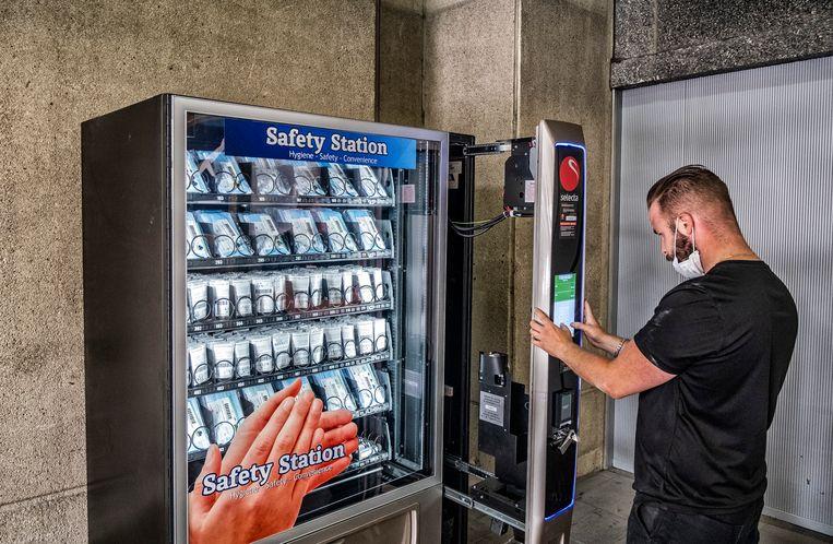 Een automaat wordt geïnstalleerd met handgel.  Beeld Tim Dirven