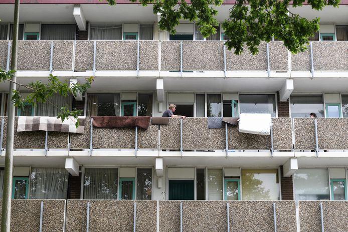 De flat aan de Ahuislanden stond blank. De enorme waterschade werd veroorzaakt door een hennepkweker die er boven woonde.