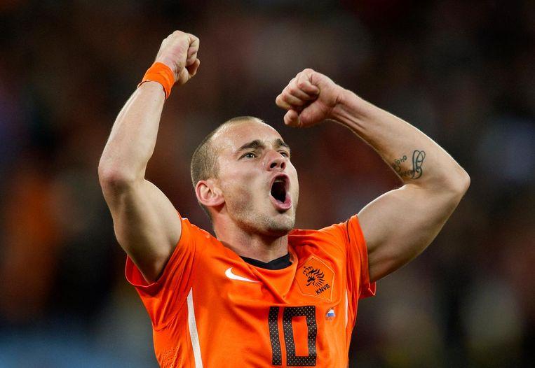 Wesley Sneijder juicht na afloop van de door Nederland met 2-3 gewonnen halve finale van het WK tussen Uruguay en Nederland in 2010. Beeld anp