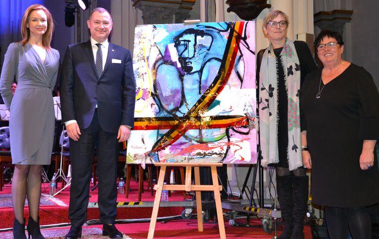 Notaris Kathleen Denruyter, burgemeester Peter Reekmans, Karin Genoe en schepen Hilde Holsbeeks bij het kunstwerk.