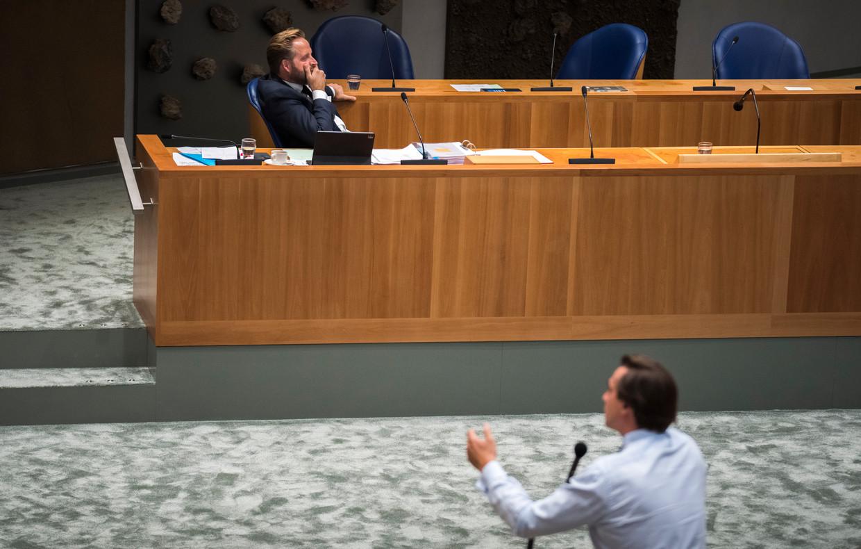 Demissionair Minister Hugo de Jonge van Volksgezondheid, Welzijn en Sport (CDA) tijdens de bijdrage van Thierry Baudet (Forum voor Democratie) in het debat over de coronamaatregelen.  Beeld Freek van den Bergh / de Volkskrant