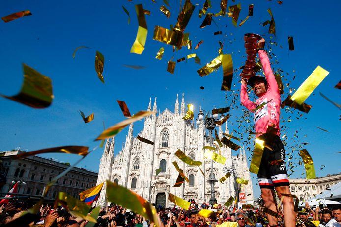 Tom Dumoulin viert in Milaan zijn Giro-overwinning van dit jaar.