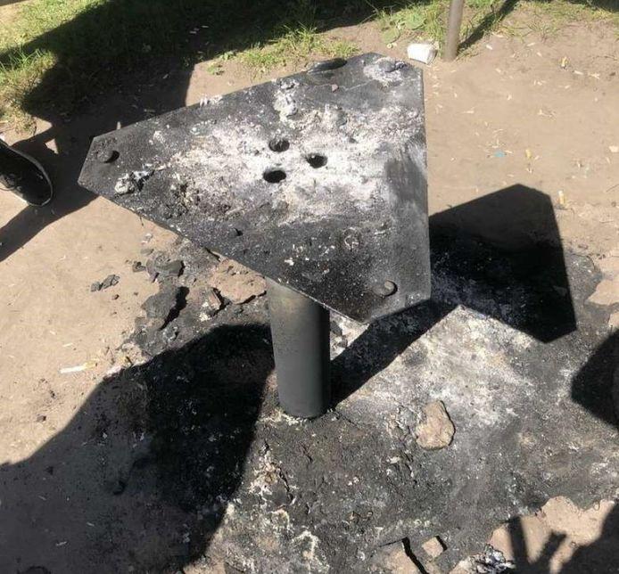 De brandstichting veroorzaakte schade aan een zithoek en tafel