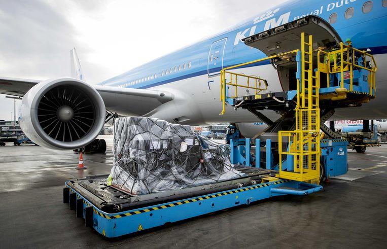 Een toestel wordt op Schiphol geladen met coronavaccins voor Aruba en Bonaire.  Beeld ANP