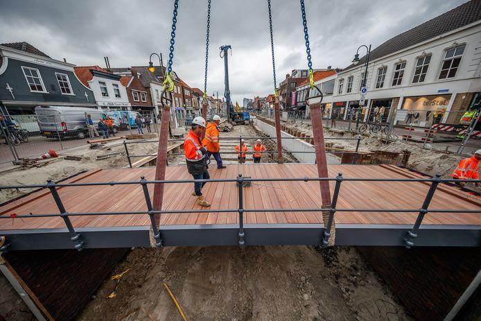 Vorige week werd De Weeshuisbrug geplaatst in de haven van Zevenbergen tussen de Brugstraat en de Nieuwe Kerkstraat. Er volgen er de komende maanden nog een aantal.