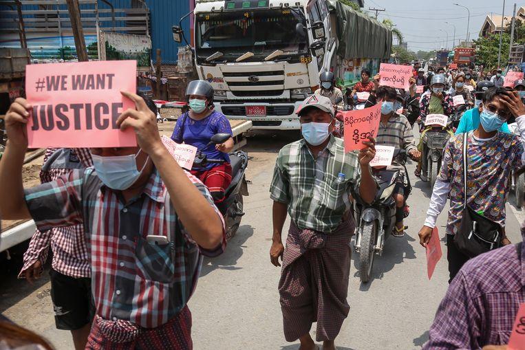 Demonstraten tijdens een protestmars in Mandalay, Myanmar.   Beeld EPA