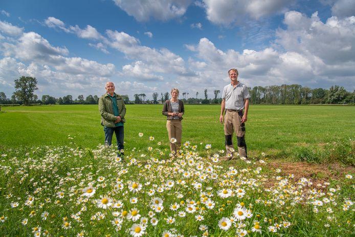 Van links naar rechts: Piet Moerkens, Majella Schoonman, Dirk-Jan Schoonman. Samen met andere inwoners van Cortenoever maken ze zich zorgen over de komst van grote windturbines in het landschap van Cortenoever.