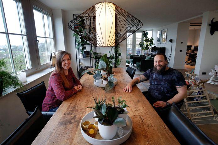 """De woonkamer van het penthouse van Julia en Harrie van der Steldt. ,,Luxe kenmerkt ons appartement en dat vinden we ook wel belangrijk."""""""