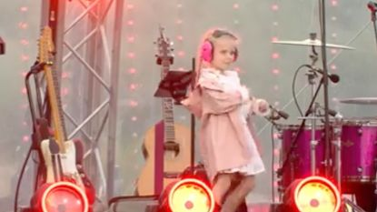 Ellie Martha Penxten (5) steelt de show tijdens háár nummer op de Radio 2 zomerhit