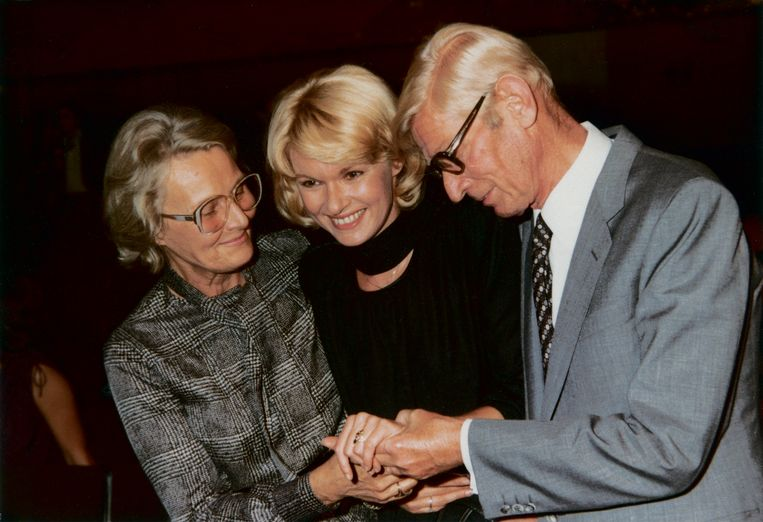 Martine Bijl met haar ouders na de uitreiking van de Televizier-Ring, 1980. Beeld Privéarchief Berend Boudewijn