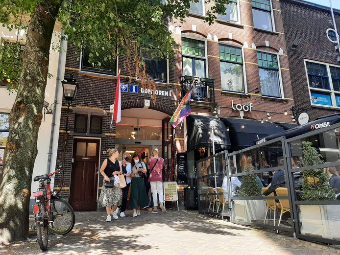 Toeristen in Utrecht zorgen voor drukte bij de lokale VVV op zaterdag.