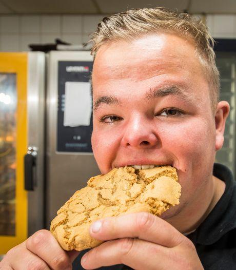 Gijs (21) maakt de échte Twentse bierkoek: 'Maar zelfs als ik te diep in het glaasje heb gekeken, vertel ik het recept nog niet'