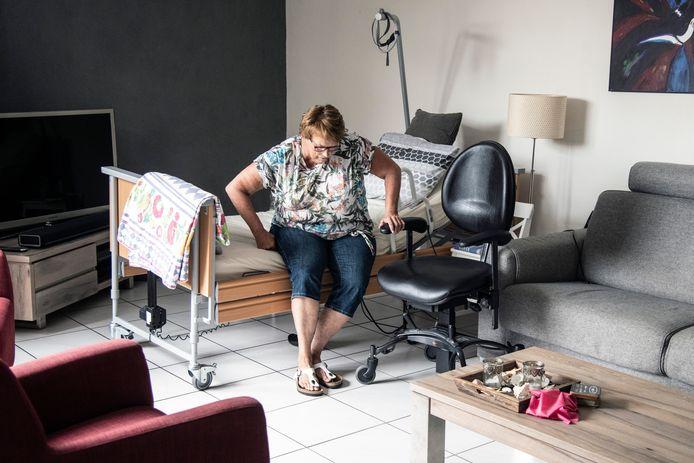 Miriam Demmers slaapt al wekenlang beneden in de woonkamer. Een gesprek over een traplift laat op zich wachten.