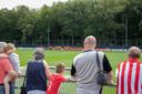 Training PSV met toekijkende supporters  Eindhoven.