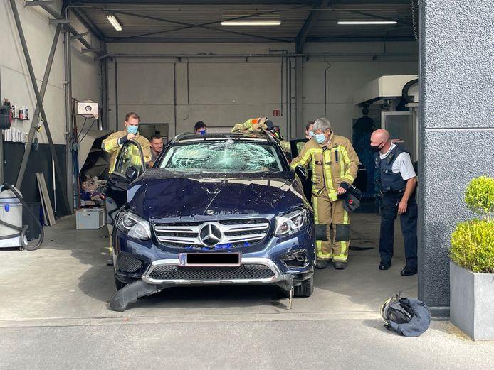 De Mercedes GLC 250 raakte zwaar beschadigd door het incident in de carwash.