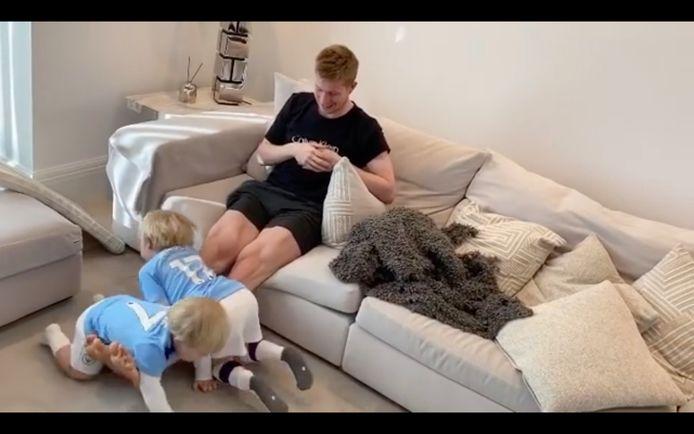 Kevin De Bruyne traint zijn beenspieren met behulp van zijn zoontjes.