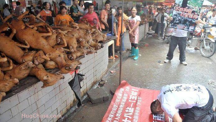Hondenkadavers op een markt in Yulin.