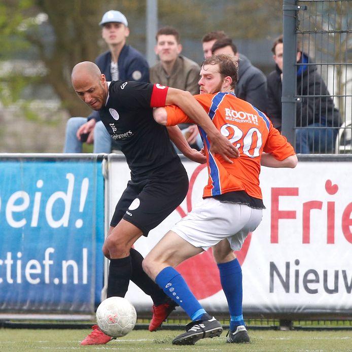 In het shirt van ONS Sneek vocht Rein Werumeus Buning duels uit met de beste spitsen in het amateurvoetbal, zoals Berry Powel. Komend seizoen speelt het Olde Veste-boegbeeld in Groningen.