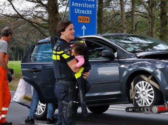 De Edese agent Andries Boerendans met het slapende kind.