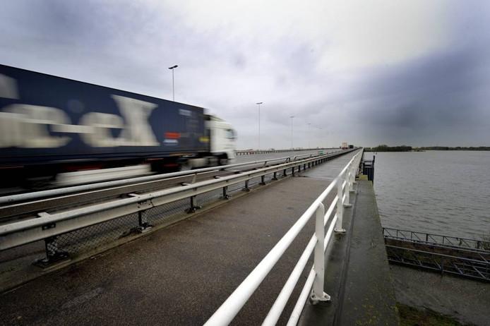Een vrachtwagen rijdt over de Moerdijkbrug. De Brabants Zeeuwse Werkgeversvereniging vraagt zich af hoe lang dat nog mogelijk is. De ondernemers vrezen namelijk dat de brug in slechte staat verkeert.