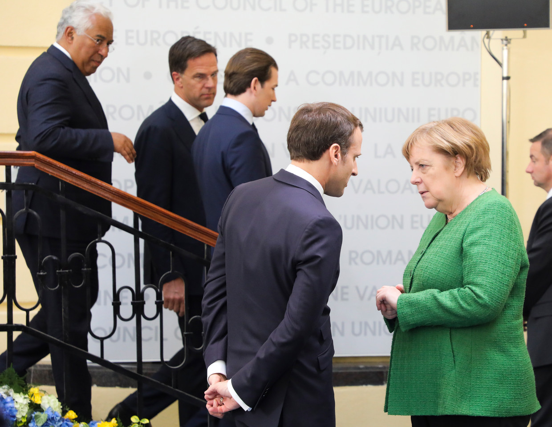 De Franse premier Emmanuel Macron en de Duitse bondskanselier Angela Merkel spreken dinsdagavond met elkaar, terwijl de Portugese premier Antonio Costa, minister-president Mark Rutte en de Oostenrijkse bondskanselier Sebastian Kurz in Brussel arriveren. Beeld EPA