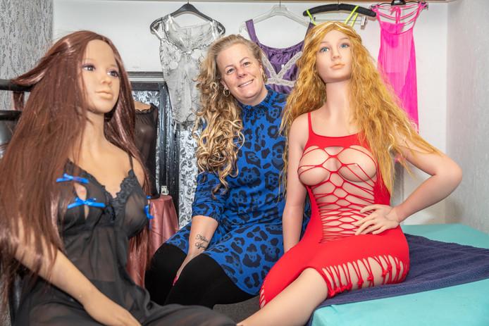 'Madam' Priscilla van Limbeek met de twee poppen in de kamer van het Zwols Pleziertje.