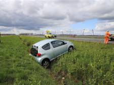 Auto belandt in de sloot naast de A15
