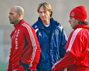 Adrie Koster op het trainingsveld in zijn Ajax-tijd met Gabri (links) en Luis Suarez (rechts).