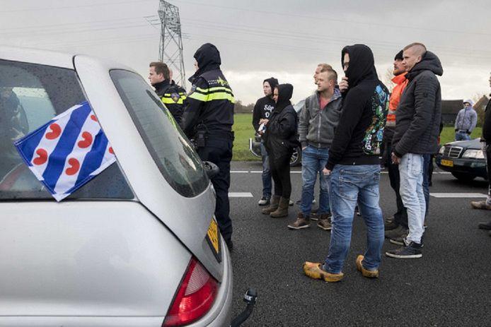 Pro-Piet-activisten blokkeerden op zaterdag 18 november de A7 bij Joure voor de bussen van actiegroep Stop Blackface.