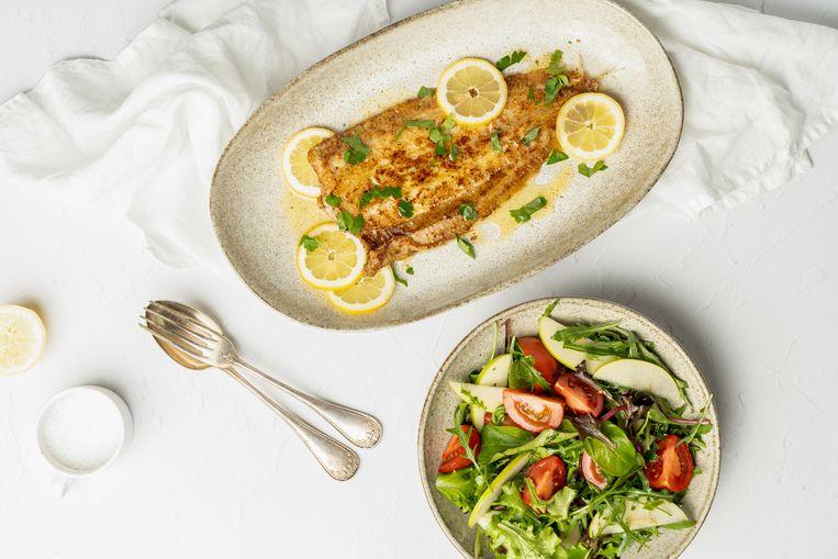 Zeetong 'meunière' met frisse salade. Beeld