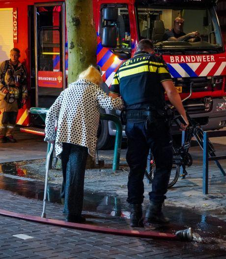 Brand in flat in centrum van Rotterdam; tientallen mensen moeten woning verlaten