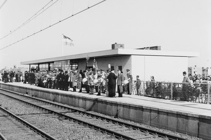 Natuurlijk kwam bij de opening van het nieuwe NS-station Etten-Leur (29 mei 1965) de fanfare opdraven. De notabelen werden per koets aangevoerd om op perron 1 de feestelijkheden bij te wonen.
