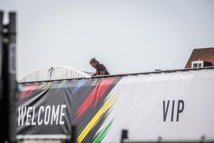 de laatste voorbereidingen worden gelegd aan het WK: Honderden spanbandjes bevestigen
