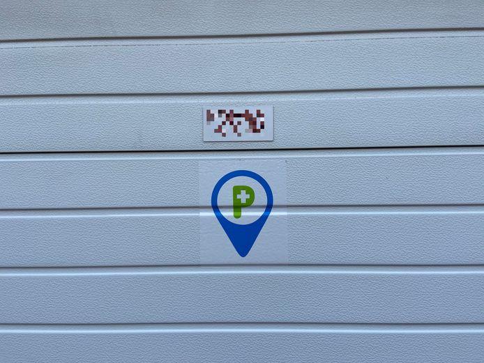 Met een sticker op hun garagepoort zouden mensen kunnen aangeven dat zorgverstrekkers zich voor de poort mogen parkeren.