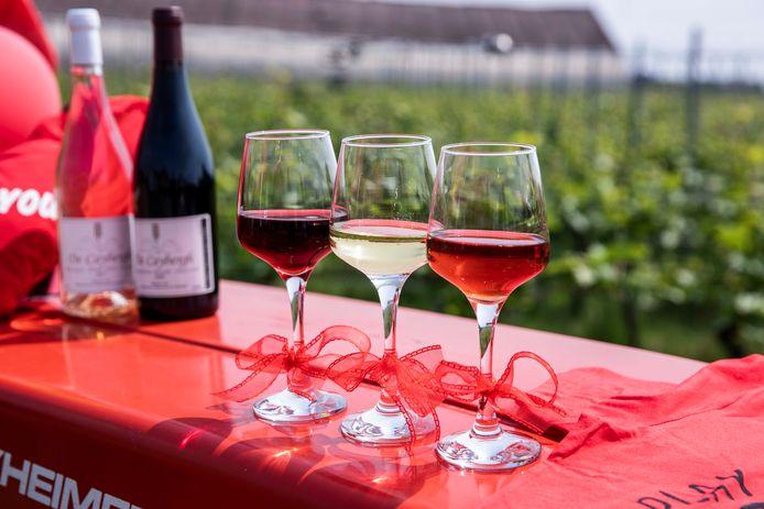 De drie kleuren wijn van wijndomein De Caybergh vieren de Belgische vlag.