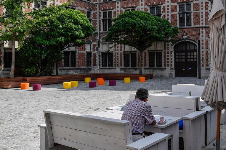 Nieuw aan de vlasmarkt zijn de zitbanken rond de bomen en kleurrijke zitblokken.