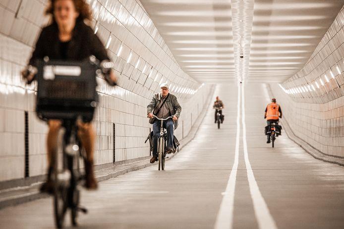 De Maastunnel is weer geopend voor fietsers, ze hoeven niet meer om te fietsen naar de pont.