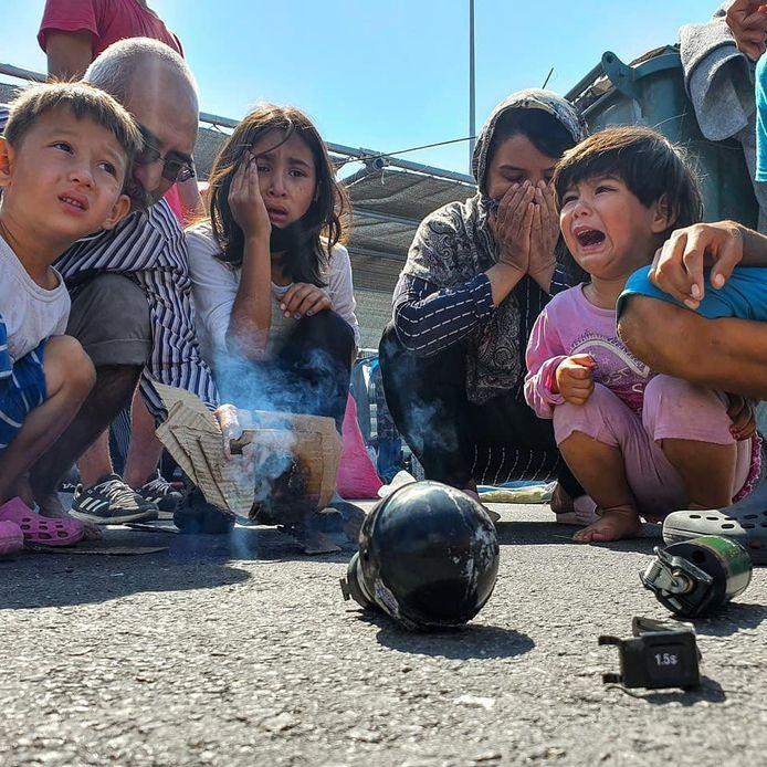 Kinderen kijken naar een traangasgranaat. Foto Mustafa Nadri, ReFOCUS Media Labs