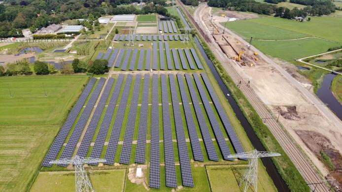 Het nieuwe zonnepark vanuit de lucht. Op de achtergrond Buitengoed Herfte en rechts de spoorlijn richting Meppel en Emmen, die verbreed wordt.