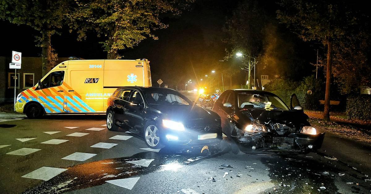 Veel schade na botsing tussen twee autos op kruispunt in Oisterwijk.
