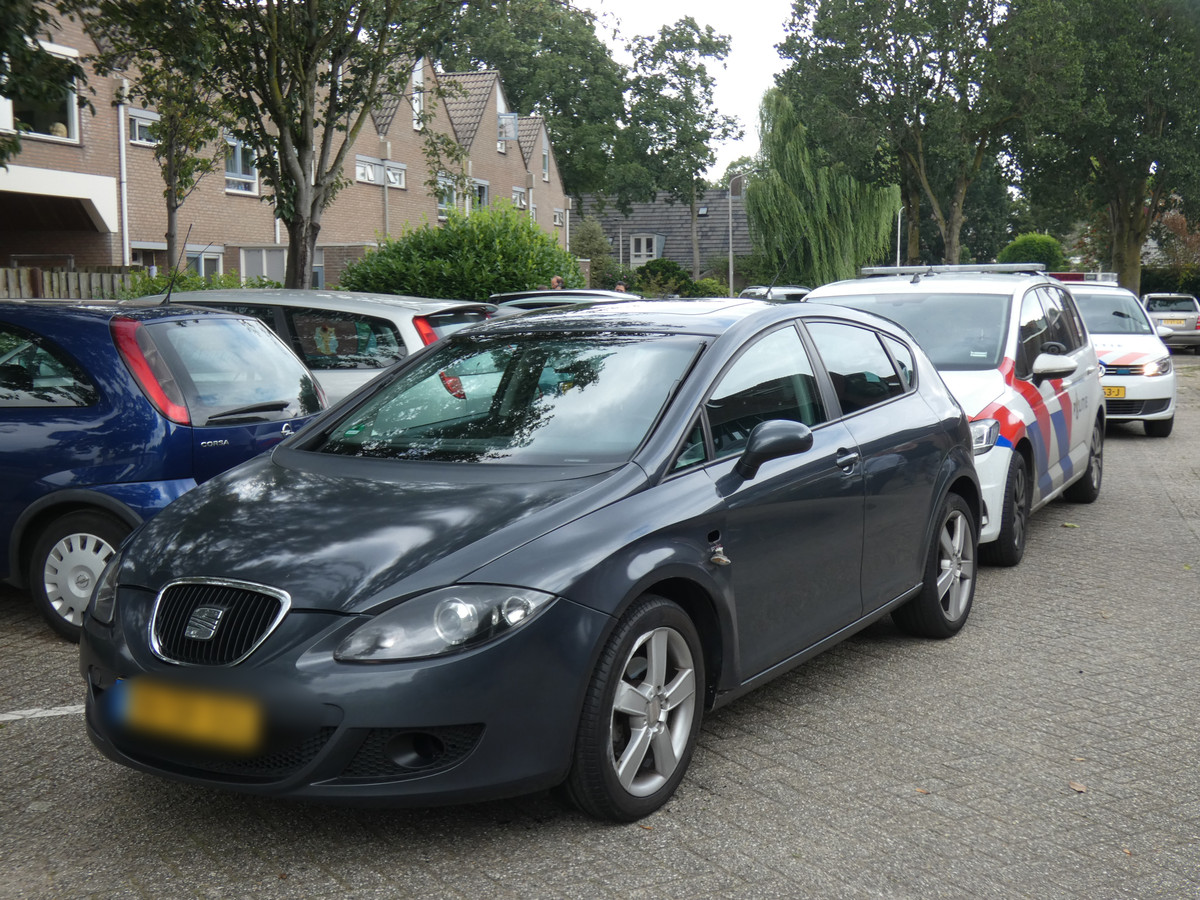 De auto werd klemgereden op de 50e straat van de Gildenkamp in Nijmegen. Een verdachte is te voet gevlucht.