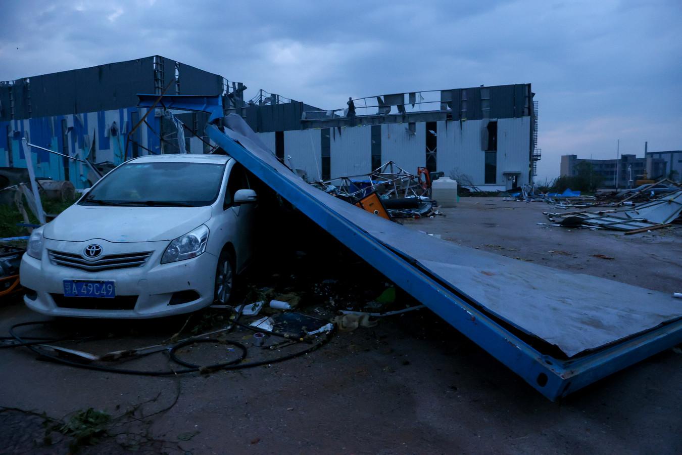 De tornado zorgde voor veel schade aan gebouwen en auto's.